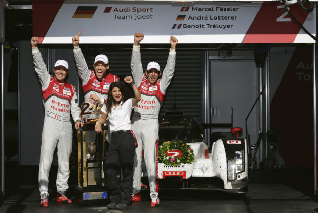 Marcel Fässler, André Lotterer, Renningenieurin Leena Gade und Benoît Tréluyer nach dem Sieg bei den 24 Stunden von Le Mans 2014 © AUDI AG